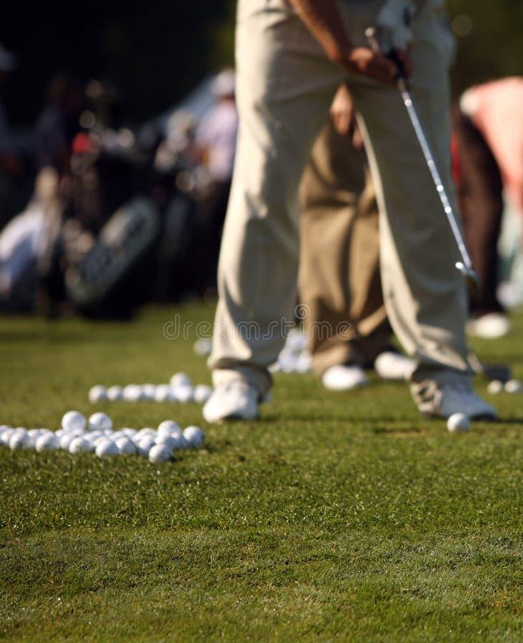 Mann-übendes Golf-Schwingen an antreibender Reichweite stockbild