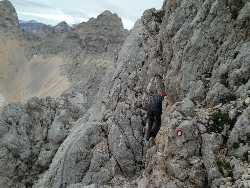 Mann an über ferrata an auf dem Weg bis Å-krlatica 2.740 m stockbilder