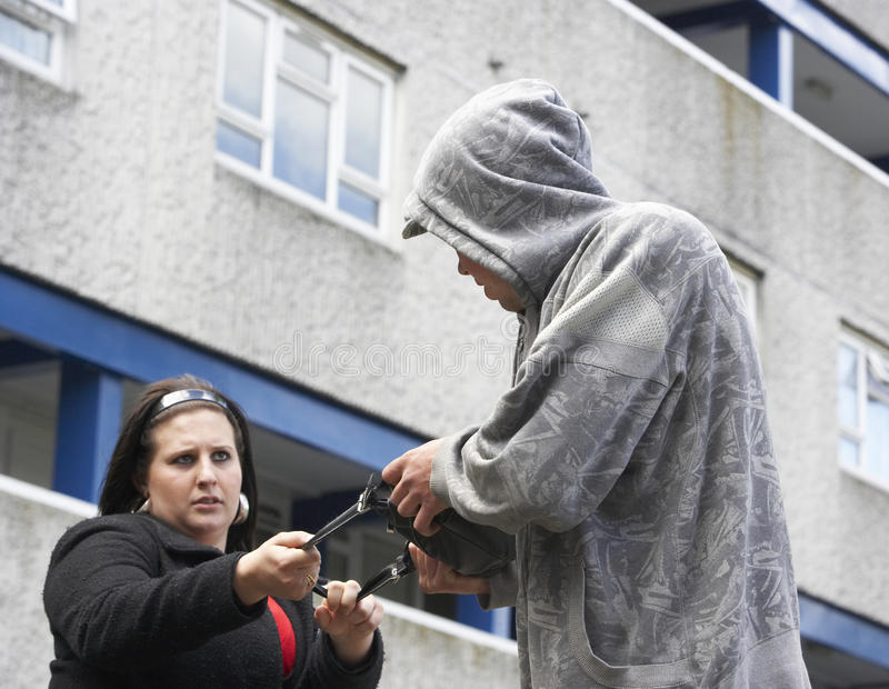 Mann-überfallenfrau in der Straße stockbild