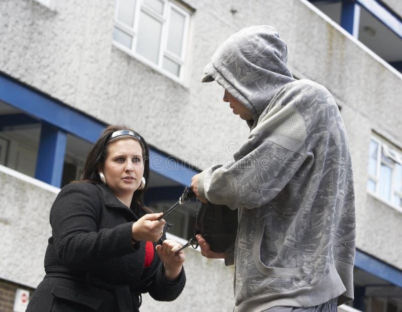 Mann-überfallenfrau in der Straße lizenzfreies stockfoto