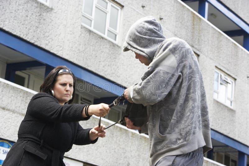 Mann-überfallenfrau in der Straße stockfotografie