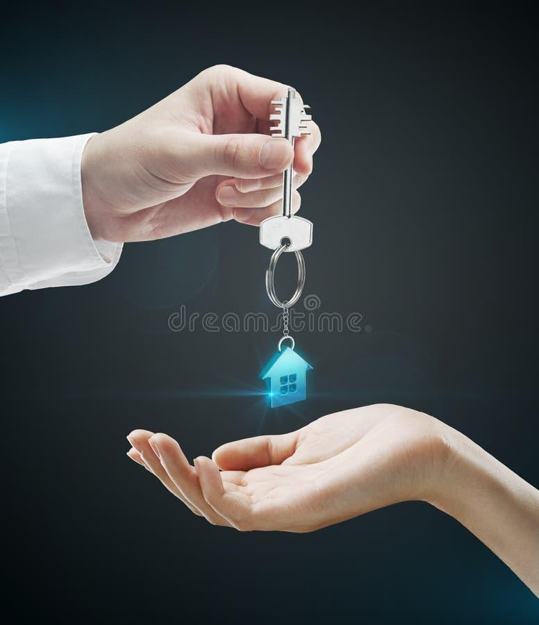 Mann übergibt einer Frau eine Haustaste lizenzfreies stockbild
