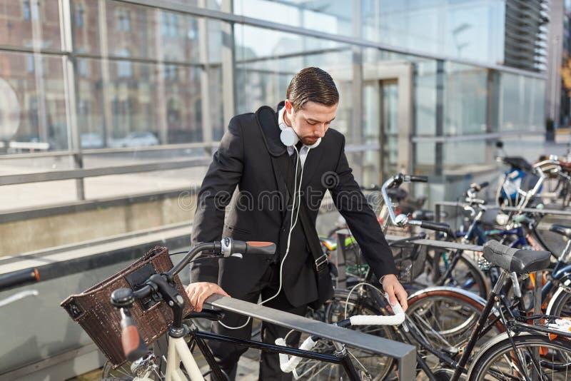 Mann als Pendler auf dem Fahrradgestell stockbild