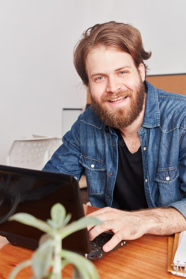 Mann als Programmierer mit Laptop lizenzfreie stockfotografie