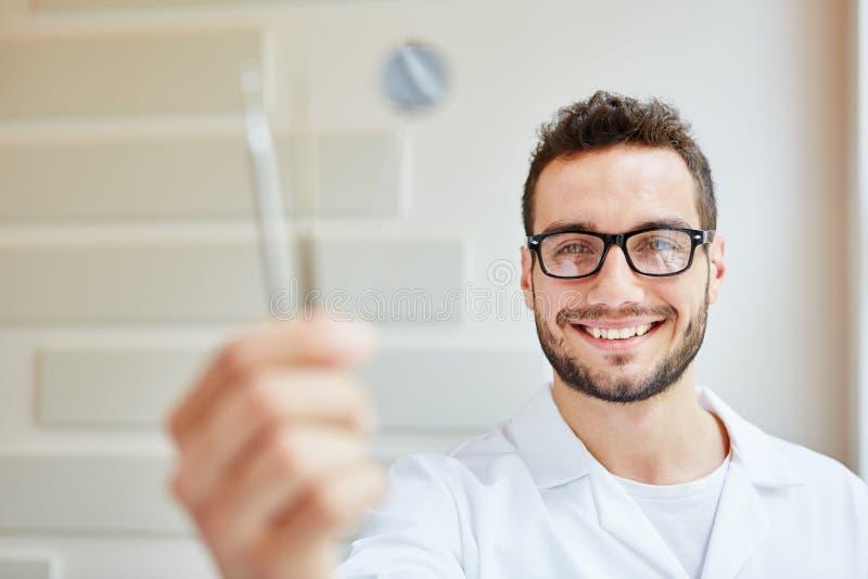 Mann als zahnmedizinische Krankenschwester stockfoto