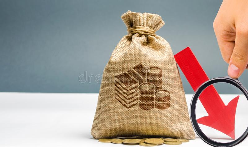 Mann analysiert das Budget in der Firma Verringerte Gewinne Finanzkrise und Bankrott Falsches Geschäft Verlust der Investition un stockfoto
