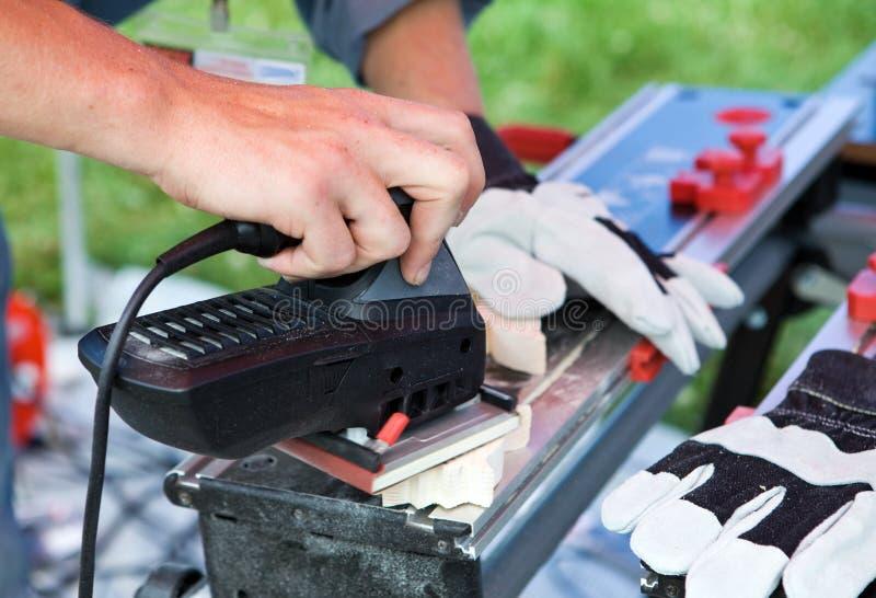 Mann arbeitet mit Poliermaschine stockbilder