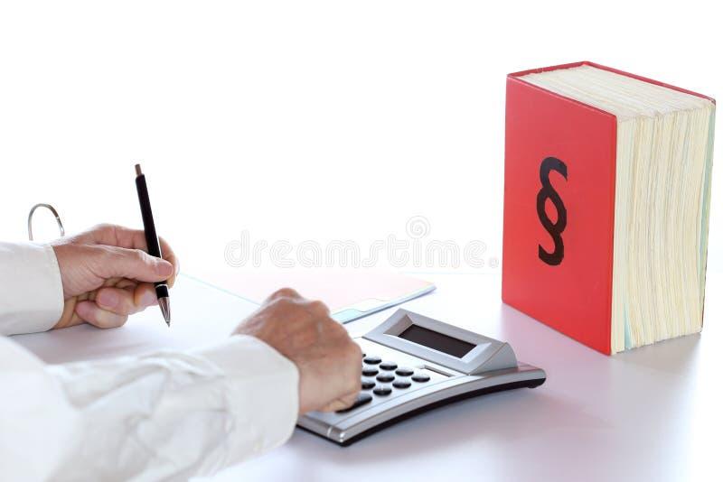 Mann arbeitet an Steuerdokumenten lizenzfreies stockbild