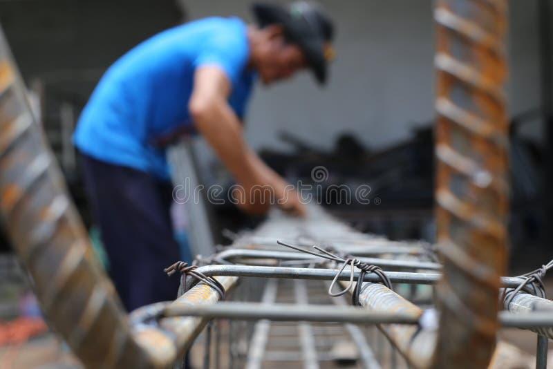 Mann arbeitet an Strahlnsteigbügeln stockfotos