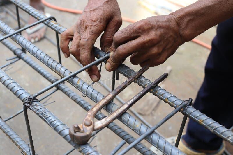 Mann arbeitet an Strahlnsteigbügeln stockbild