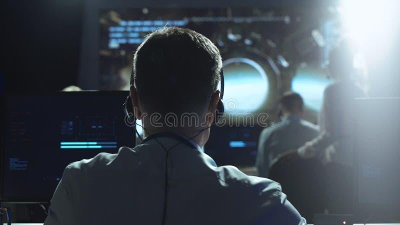 Mann am Arbeitsplatz in Raumfahrtzentrum lizenzfreies stockfoto