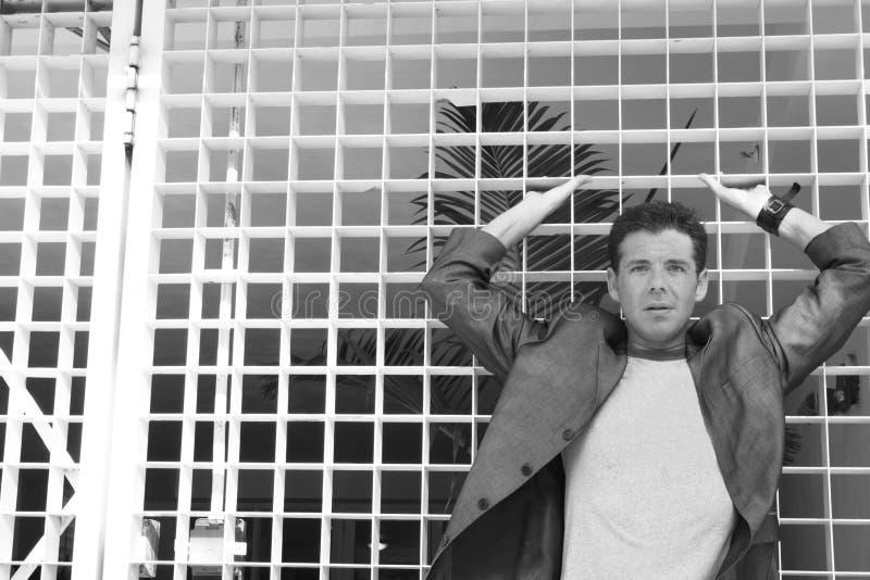 Mann auf abstraktem Hintergrund lizenzfreies stockfoto