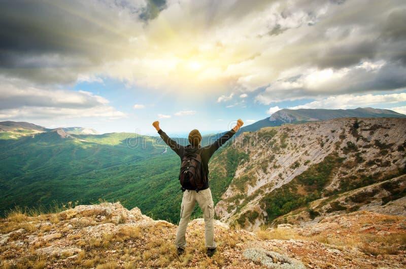 Mann auf Berg. stockbild
