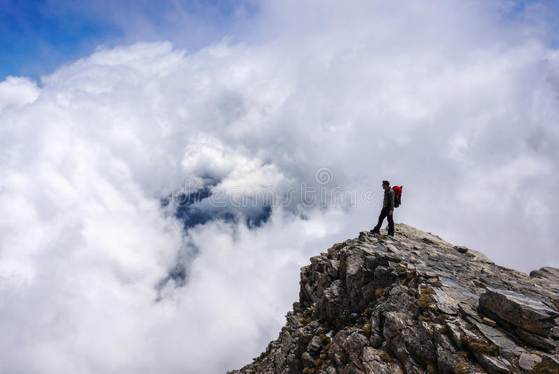 Mann auf Berg stockbild