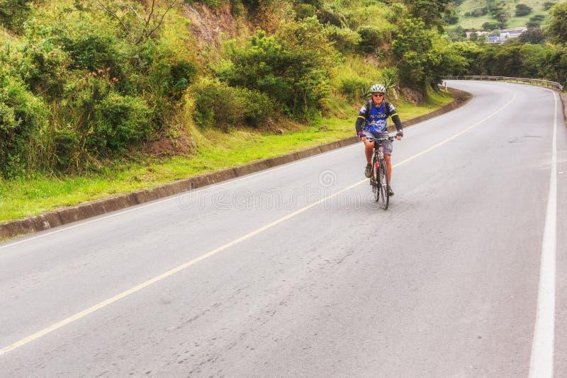 Mann, auf dem Fahrrad auf der Straße in Nicaragua-Bergen stockbilder