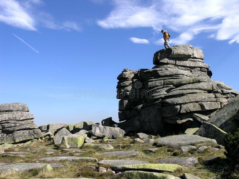 Mann auf dem Felsen lizenzfreie stockbilder