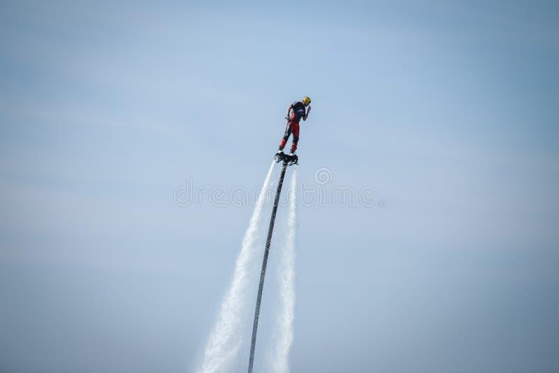 Mann auf dem flyboard lizenzfreie stockfotos