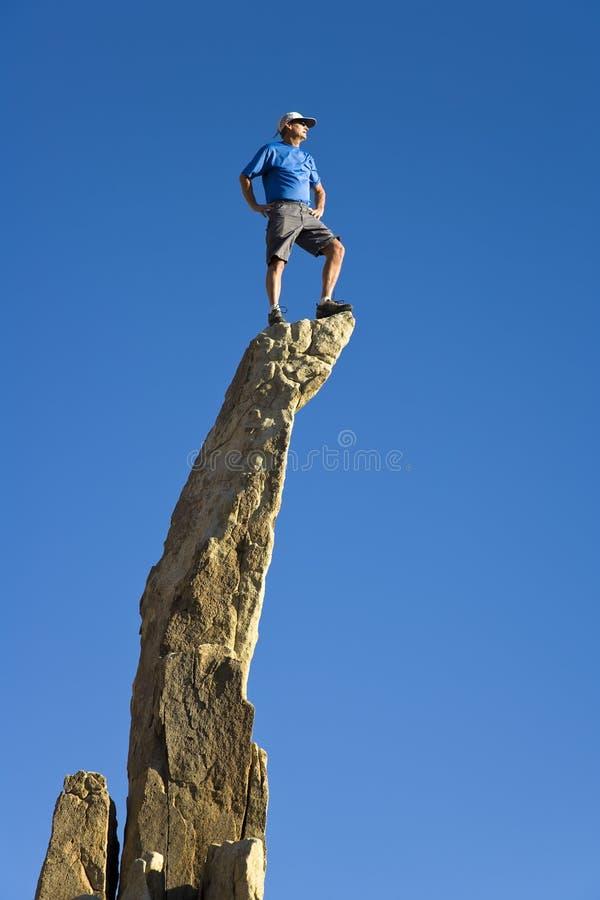 Mann auf dem Gipfel. stockbilder