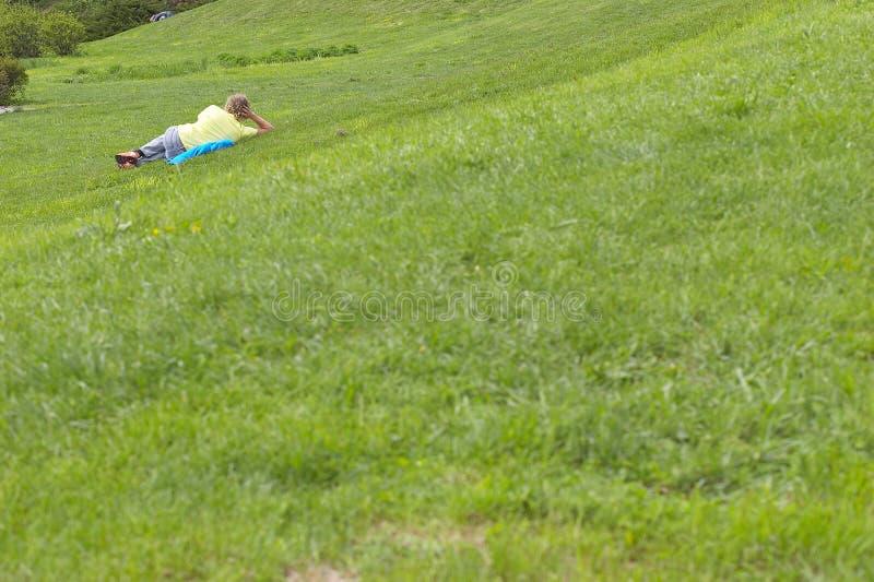 Mann auf dem Gras stockfotografie