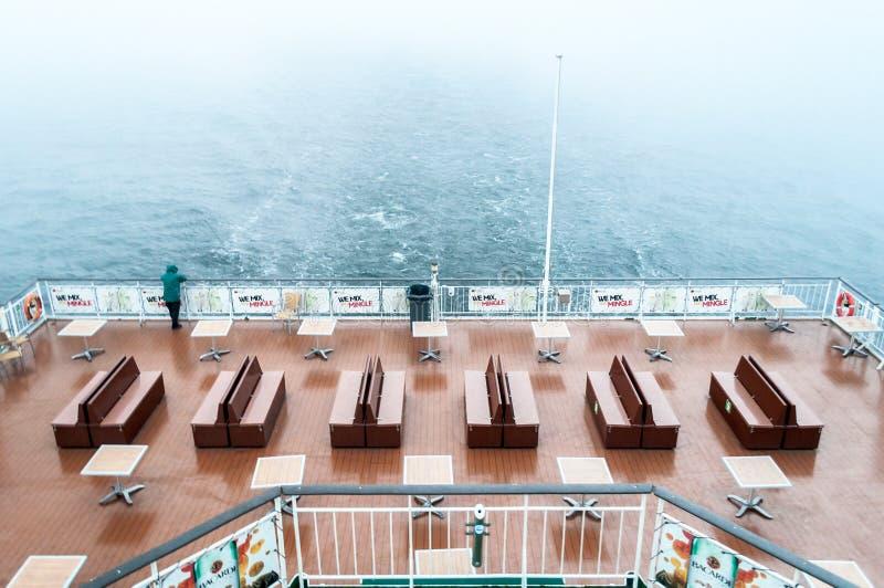 Mann auf dem Kreuzfahrtschiff, das auf dem Meer auf bewölktem Himmel schaut lizenzfreies stockbild