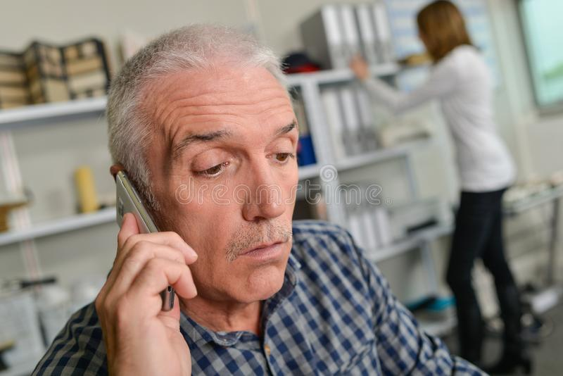 Mann auf dem Mobiltelefon lizenzfreie stockbilder