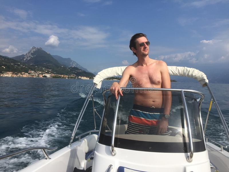 Mann auf dem Schiff stockfotografie