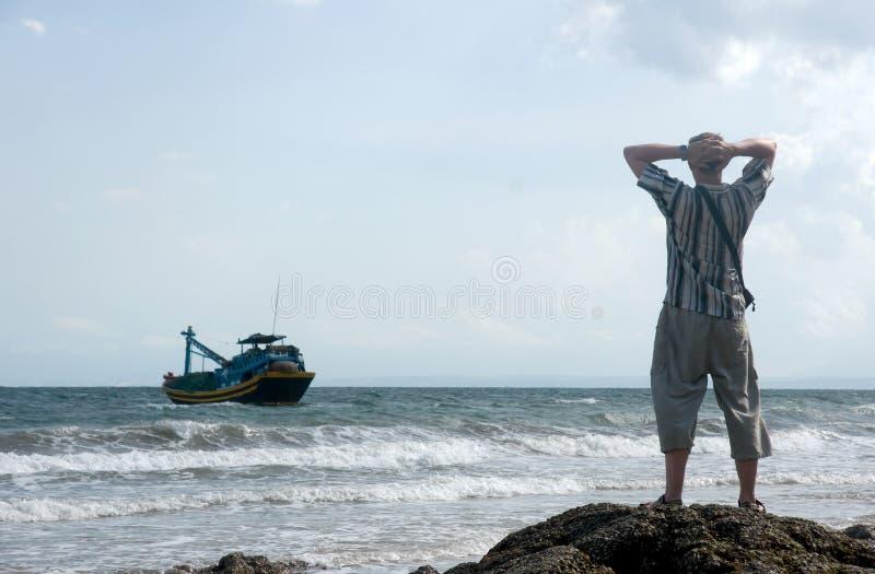 Mann auf dem Seeufer lizenzfreies stockbild