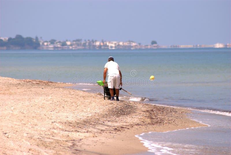 Mann auf dem Strand stockbilder