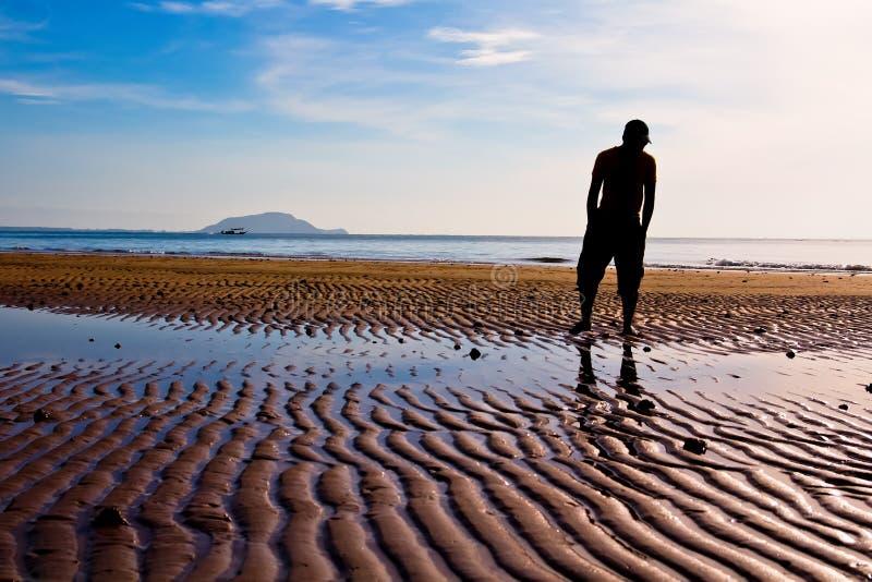 Mann auf dem Strand lizenzfreie stockfotos