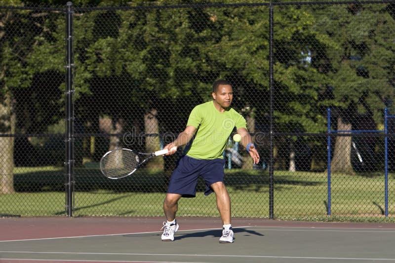Mann auf dem Tennis-Gericht, welches das Tennis - horizontal spielt stockfotos