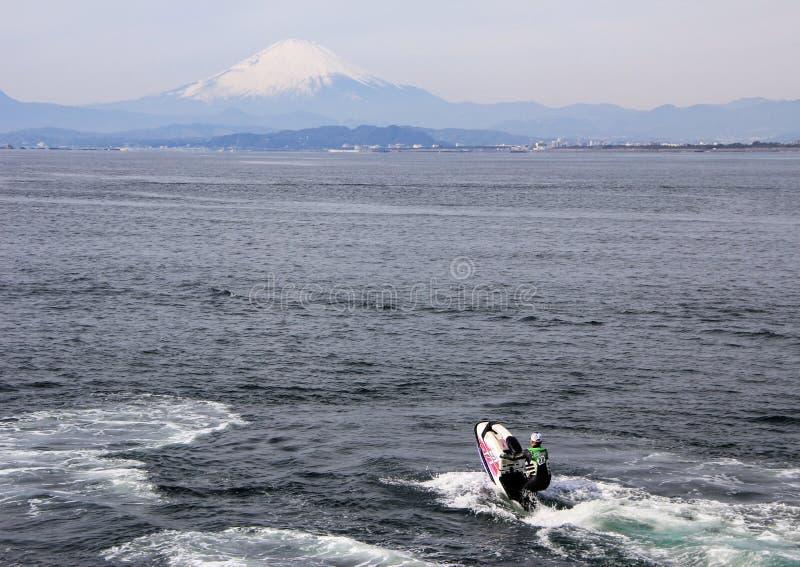 Mann auf dem Wasserfahrrad im Hafen von Pazifischem Ozean auf der Fujisan-Hintergrund Meerblick von Japan lizenzfreie stockbilder