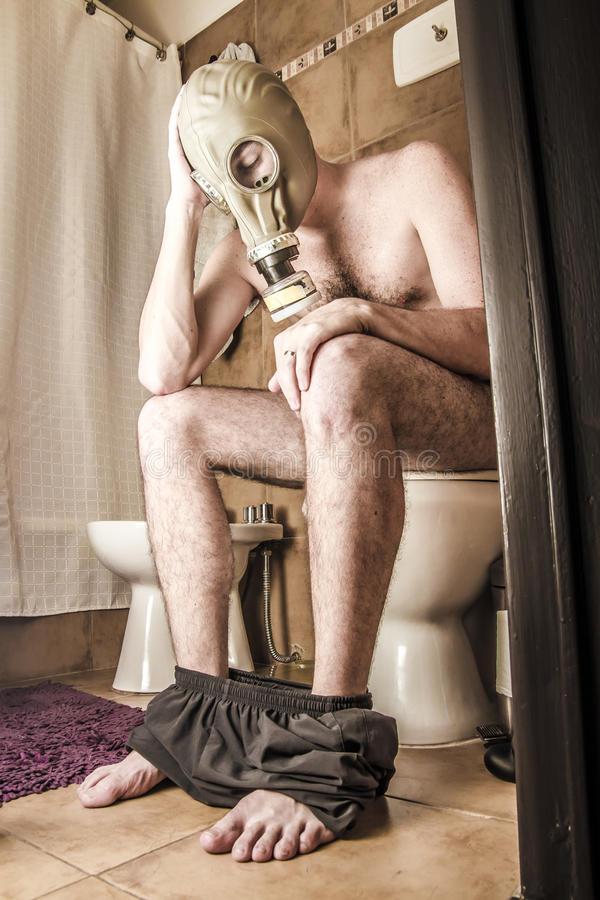 Mann auf der Toilette lizenzfreie stockfotos