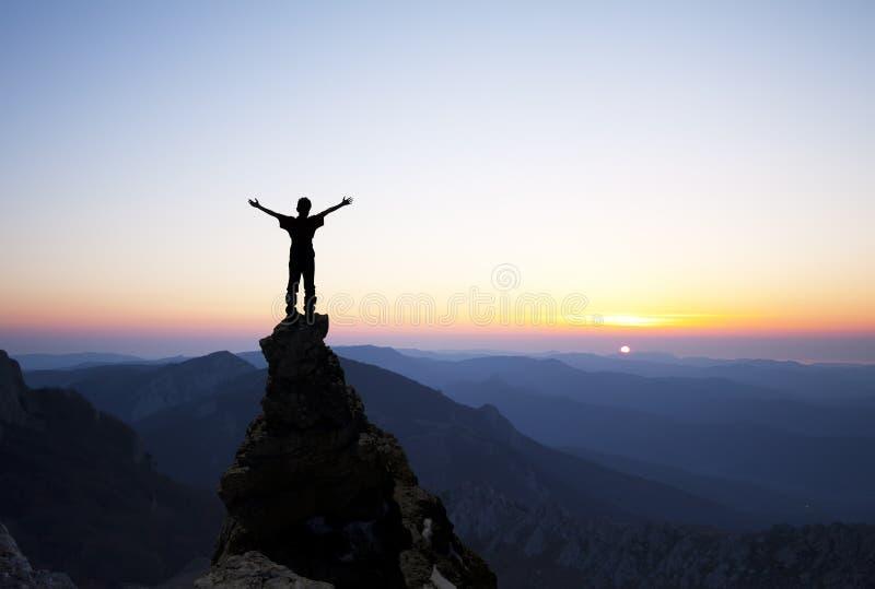 Mann auf die Oberseite des Felsens stockfotos