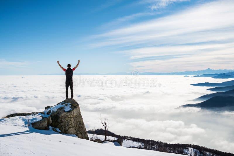 Mann auf die Weltspitze stockbilder