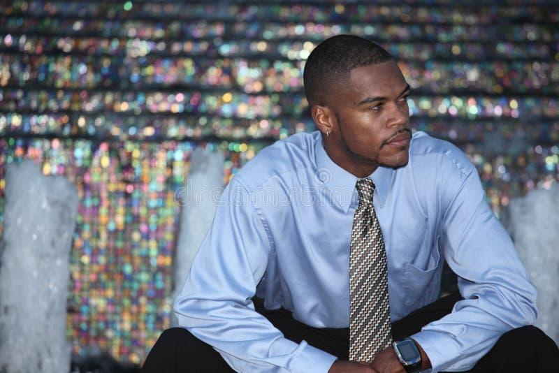 Mann auf einem abstrakten Hintergrund lizenzfreie stockfotos