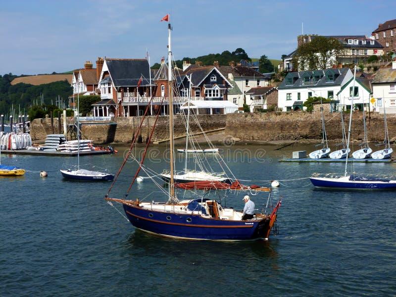 Mann auf einem Boot, Darmouth, Devon, Großbritannien lizenzfreie stockbilder