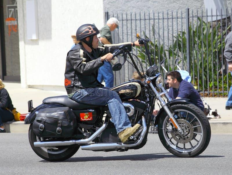 Mann auf einem Harley lizenzfreies stockbild
