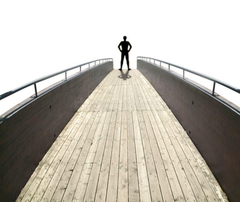 Mann auf einer hölzernen Brücke stockfoto
