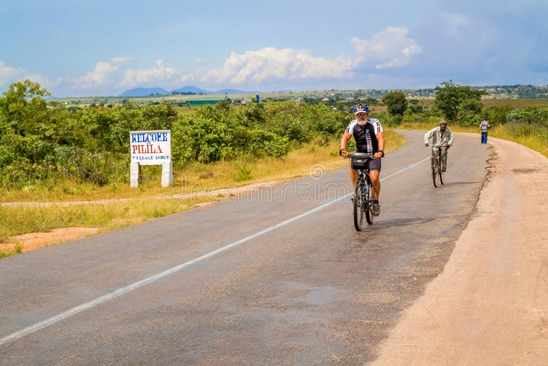Mann auf Fahrrad im Sambia stockbild