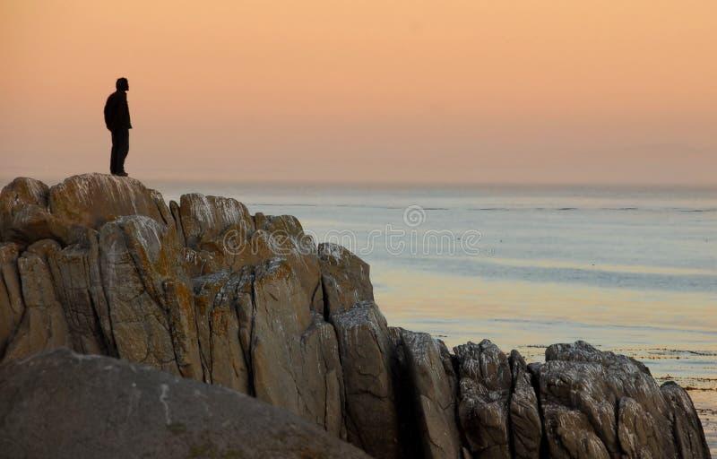 Mann auf Felsen stockbilder