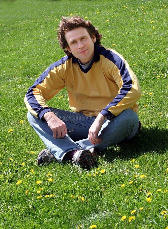 Mann auf Gras lizenzfreie stockbilder