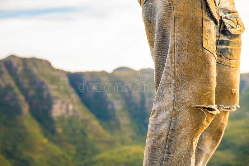 Mann auf Hügel stockbild