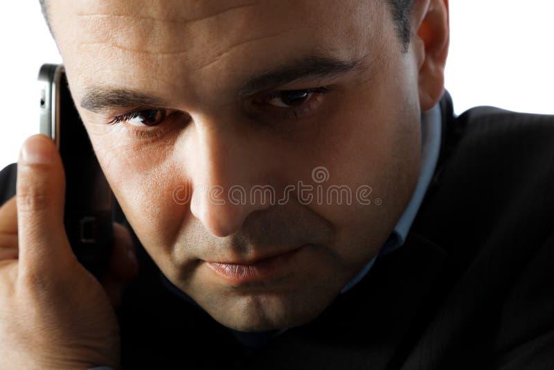 Mann auf Handy stockbild