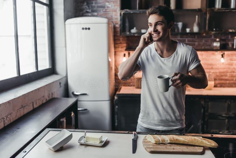 Mann auf Küche stockbild