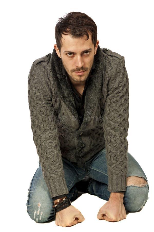 Mann auf Knien lizenzfreie stockfotos