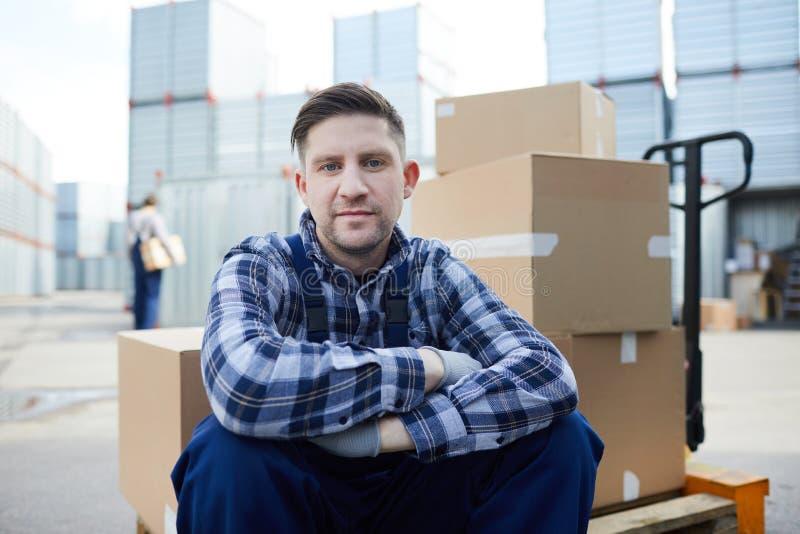 Mann auf Lastswarenkorb lizenzfreie stockfotos