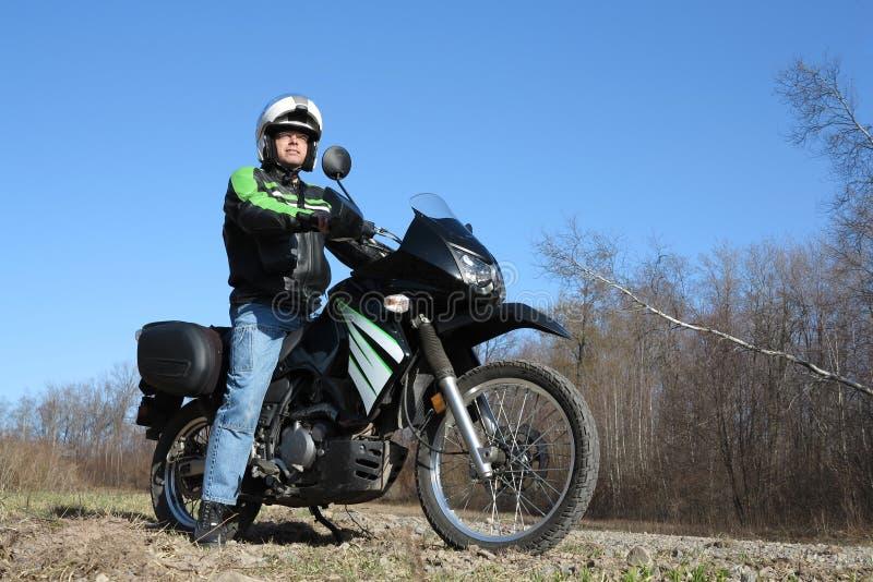 Mann auf Motorrad-Abenteuer lizenzfreies stockbild