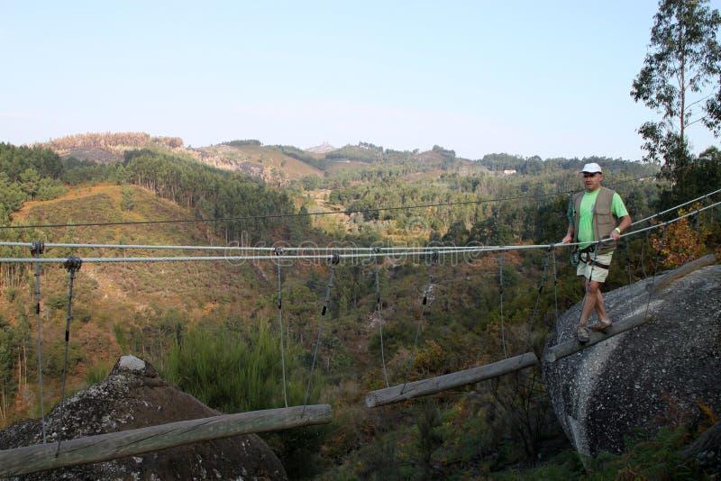 Mann auf radikaler Brücke stockbild