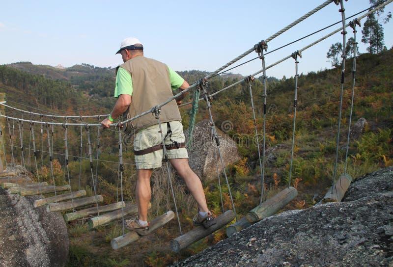 Mann auf radikaler Brücke lizenzfreies stockfoto
