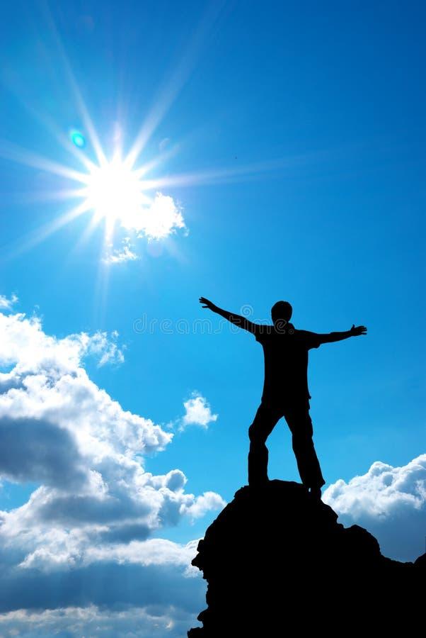 Mann auf Spitze des Berges stockfotos